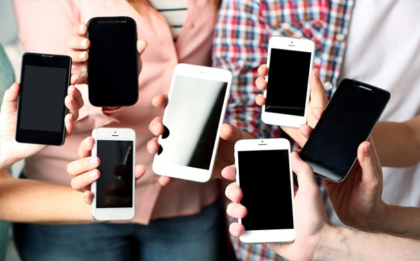 تبديل الهواتف الذكية باستمرار......هوس أثره سلبي على أوضاع الفرد المعيشية