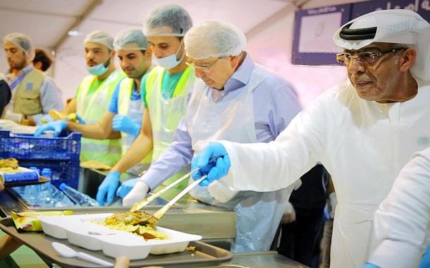 سفير الإمارات يرعى موائد الرحمن التي تقيمها تكية أم علي