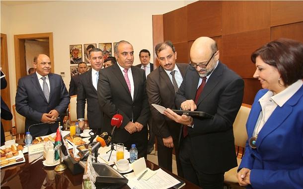 رئيس الوزراء يطلق ثماني خدمات إلكترونية في أمانة عمّان