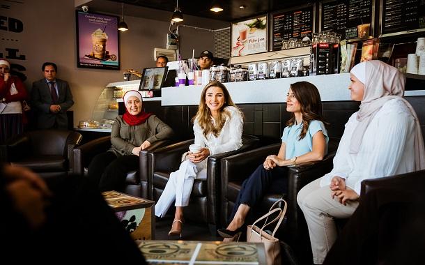 الملكة رانيا تلتقي فريق عمل موقع