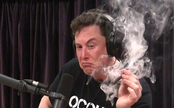 إلون ماسك يدخن الماريغوانا أثناء بث حي عبر الإنترنت