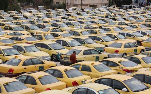 سائقو ''التاكسي الأصفر'' يواصلون الاعتصام ضد ''النقل الذكي''