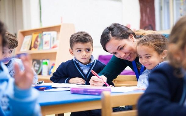 «دافوس» .. يحذر الدول من استمرار التعليم التقليدي
