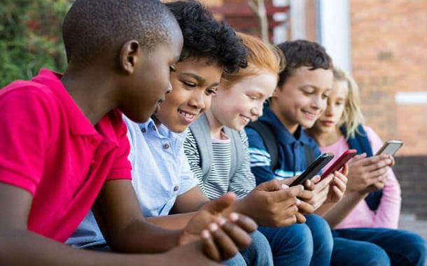 دراسة جديدة تحذر من مخاطر الهواتف الذكية على الاطفال