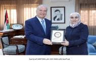 وزير التربية يكرم معلمة حازت على جائزة المعلم المبدع عربيا