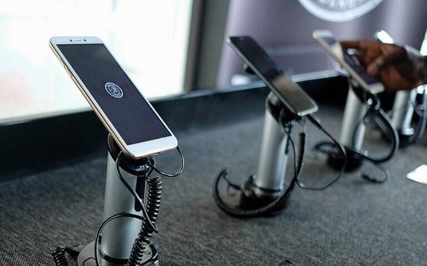 دولة أفريقية أنهكتها الحروب تصنع هواتفها الذكية