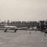 YS-11試作2号機 1964年(昭和39年)9月、東京オリンピックの聖火を受取のため沖縄に向けて出発するところ。羽田空港で簡単なセレモニーがあった。(小)