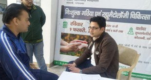 dr sauvik das gupta consulting patients in free medical camp for patients with arthritis and rheumatoid arthritis