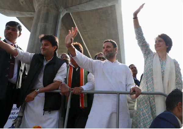Priyanka wows crowds in Lucknow NayiUmeedNayaDesh