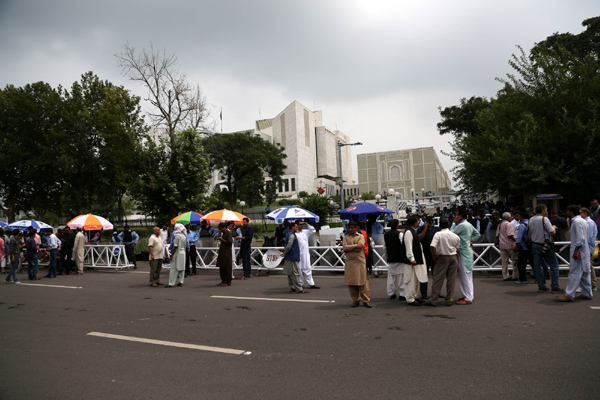 ISLAMABAD, July 28, 2017 (Xinhua) -- Pakistani people stand outside the Supreme Court waiting for its verdict over corruption charges against Prime Minister Nawaz Sharif, in Islamabad, capital of Pakistan, July 28, 2017. Pakistan's Supreme Court on Friday disqualified Prime Minister Nawaz Sharif over corruption charges. (Xinhua/Ahmad Kamal/IANS)