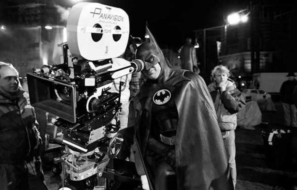 Michael Keaton vestido de Batman nos bastidores