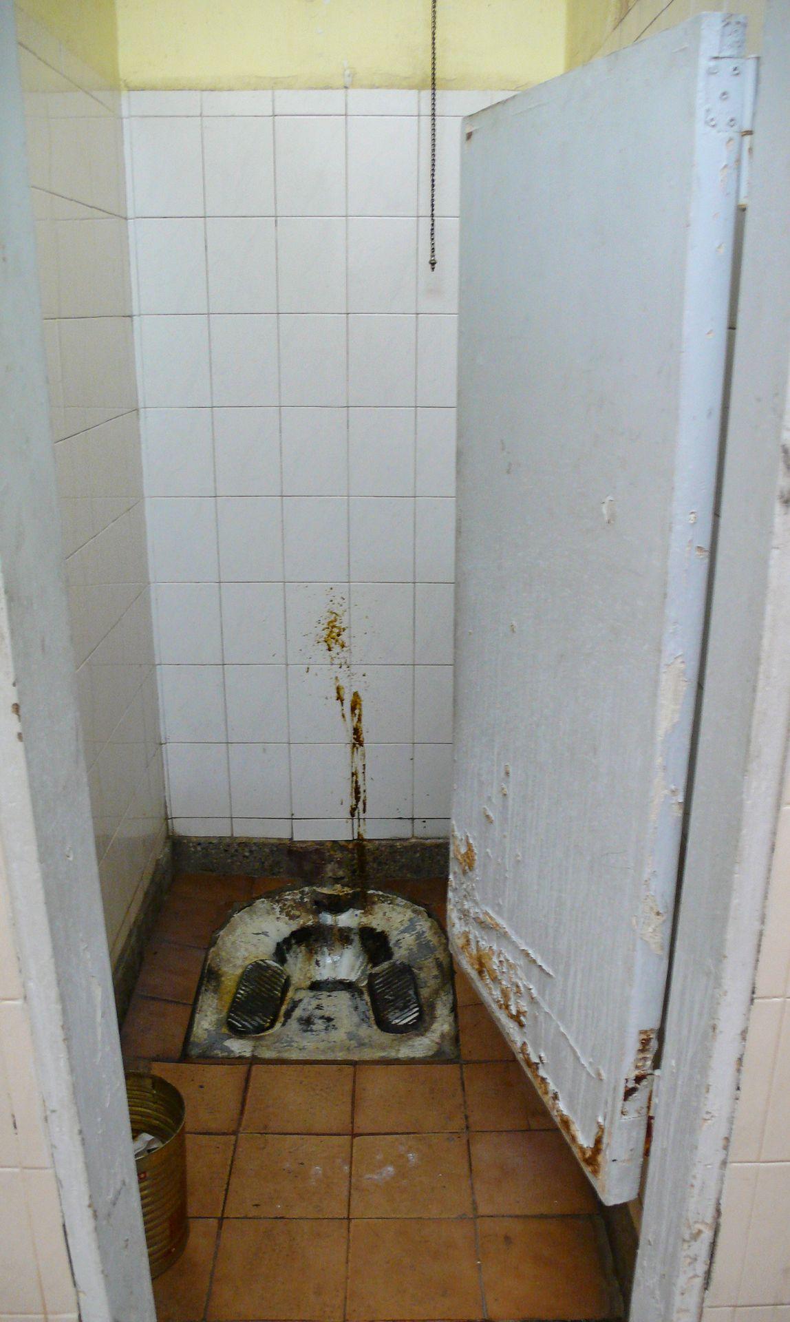 explosión, cagando por el mundo, wc asqueroso, váteres sucios