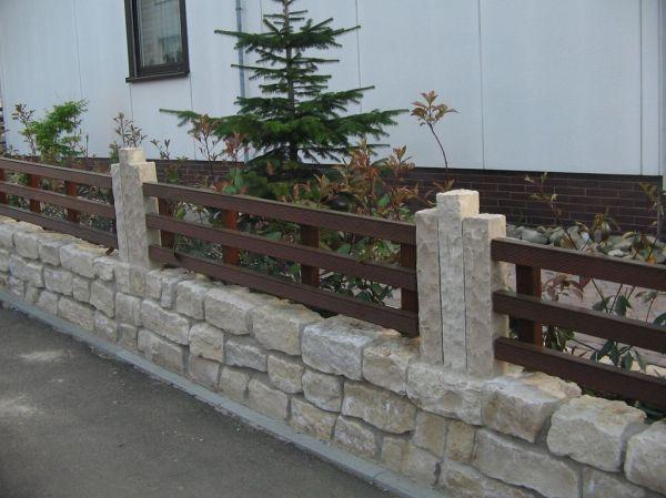 Vorgartenzaun aus Holz auf Natursteinsockel Haufler