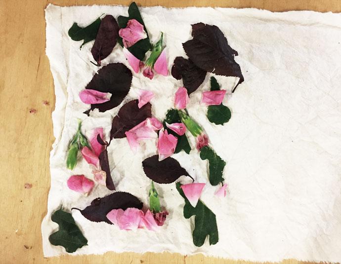 Stoff mit Blüten und Blättern