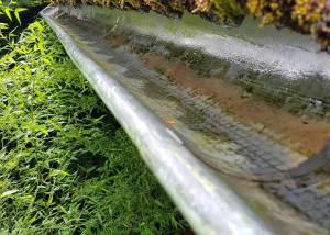 Saubere Regenrinne nach Dachrinnenreinigung