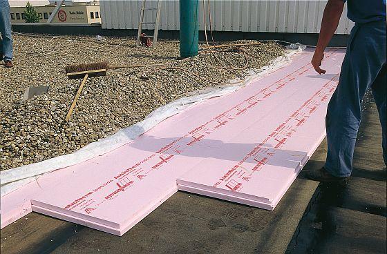 Beim Umkehrdach werden großformatige XPS-Dämmplatten auf der Dachabdichtung verlegt, anschließend mit einem Vlies abgedeckt und beispielsweise mit einer Kiesschicht beschwert.Foto: XPS