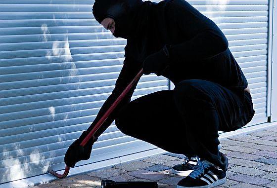 An gut gesicherte Häusern und Wohnungen mit Rollläden gehen Einbrecher nicht so gerne ran. Schließlich muss es schnell gehen. (Foto: Bundesverband Rollladen + Sonnenschutz)