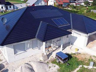 Fügen sich unauffällig in die Dachfläche auf der Südseite: 2,7 kW-Photovoltaik-Anlage (oben) und Solarthermie-Anlage (unten). (Foto: Creaton/HS)