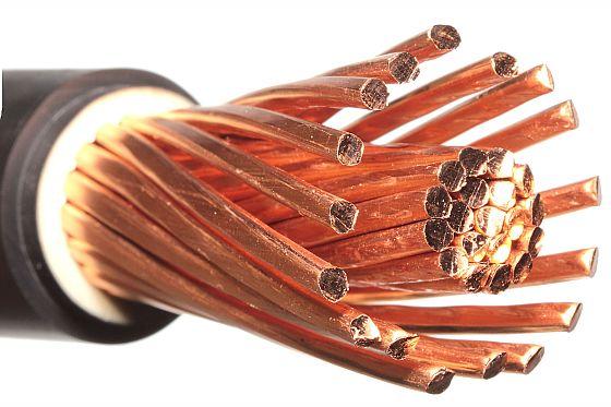 Bruchsicher für flexible Anschlüsse: Sogenannte Litzen bestehen aus einem Bündel feiner Kupferdrähte, die zusammen in eine Isolierung eingebettet sind. (Foto: djd/DKI/Shutterstock)