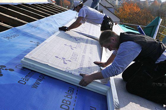 Gerade nach oben durchs Dach kann Wärme aus dem Haus entweichen - hier ist Dämmung daher besonders wichtig. (Foto: djd/puren)