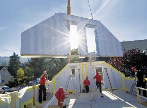 Ein Neubau hat gegenüber der Modernisierung oder Sanierung eines älteren Hauses viele Vorteile. Kaufinteressenten für ein Grundstück mit Altbebauung sollten deshalb abwägren, ob ein Abriss und Neubau nicht die bessere Alternative ist. (Foto BDF)