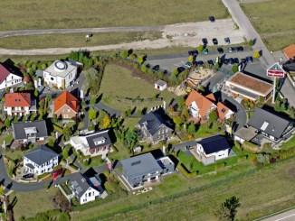 """In der Fertighauswelt Hannover in Langenhagen die Aktion """"Kinder bauen ein Haus"""", bei der Kindergruppen selbst gebaute Spielplatzhäuser für ihre Schule oder Kita gewinnen können. (Foto: BDF)"""