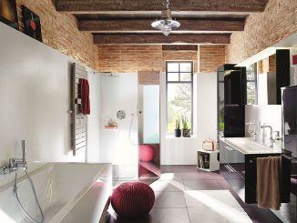 Modernes Bad mit Loftcharakter: Die dreigeteilte Walk-In XB auf bodenebenem Duschplatz Line schafft Transparenz und Leichtigkeit im Badezimmer. Dank des integrierten Spiegelglases erhält man zusätzlich noch einen Ganzkörperspiegel im Bad. Foto: Kermi GmbH/akz-o