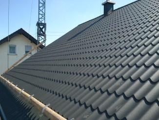 Metalldachsysteme mit klassischer Ziegeloptik bewähren sich bei Sturm und Hagel: Sie können weder vom Dach wehen noch bei Hagel zerbrechen. (Foto: djd/Luxmetall)