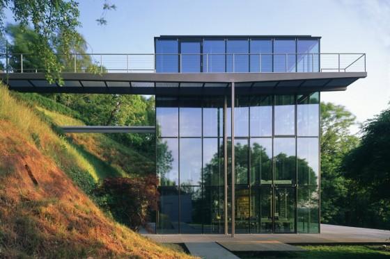 Das Haus R128 der Familie Sobek ist ein würfelförmiges, viergeschossiges, auf allen Seiten vollständig verglastes Gebäude. Es ist nahezu komplett recycelbar und emissionsfrei. (Foto: Werner Sobek Group)