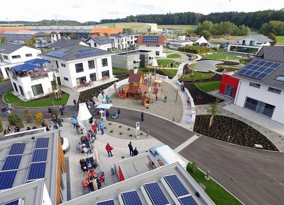 In der FertighausWelt Günzburg sind alle Häuser mit einem BNK-Zertifikat für nachhaltiges Bauen ausgezeichnet. Foto: BDF/Emiliyan Frenchev
