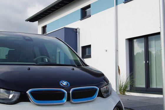 Mit dem gespeicherten Solarstrom aus dem Haus kann über die Ladestatuion das Elektrofahrzeug aufgeladen werden. Für Pendler eine ideale Lösung. (Foto OKAL Haus/Markus Burgdorf)