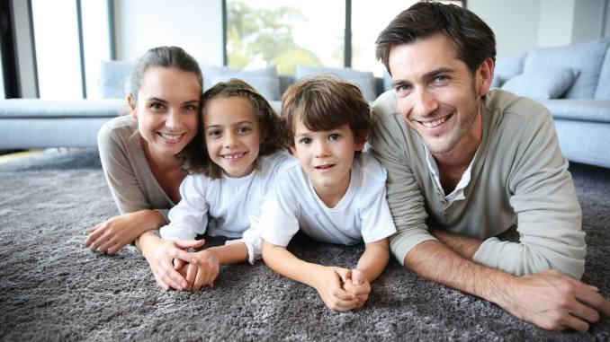 Ab heute kann das Baukindergeld beantragt werden. Familien mit mehreren Kindern profitieren von erheblichen Zuschüssen beim Neubau oder Ersterwerb einer selbstgenutzten Immobilie. (Foto: OKAL Haus GmbH)