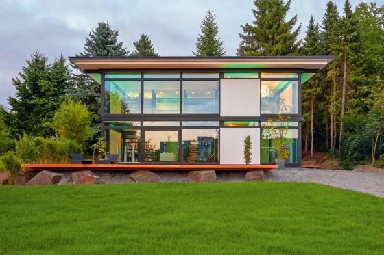 Bei der Planung eines Fertighauses sind Singles und Paare frei. So kann das Haus nach ihren Wünschen gestaltet und der Grundriss frei angepasst werden. (Foto: HUF HAUS)