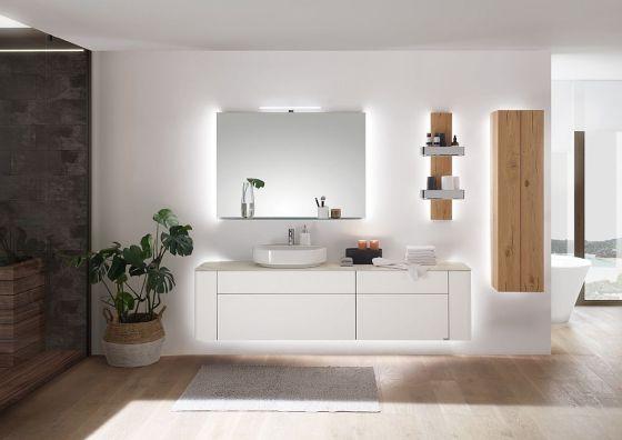 Kombination von Lack und Holz im Badezimmer