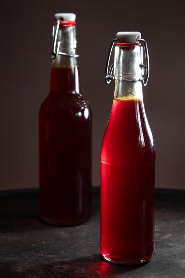Wundschön klar und rot ist der Sirup aus den Beeren des roten Houlnders