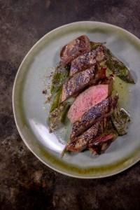 Tweller mit medium gebratenem Steak vom Reh