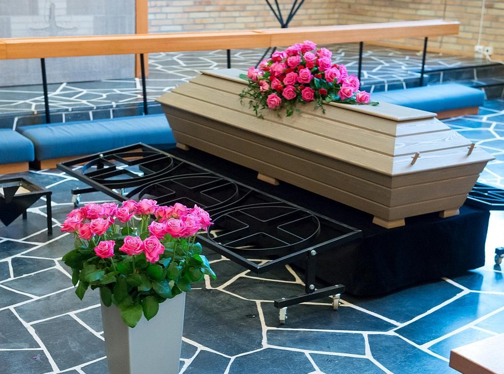 Kukat kuuluvat perinteisesti hautajaisiin. Kukilla osoitetaan kunnioitusta vainajalle ja kerrotaan jälkeen jäävien ikävästä.