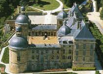 HAUTEFORT est l'un des plus prestigieux châteaux du sud-ouest de la France ; il est classé Monument Historique. Hautefort en dordogne. Il séduit tant les amateurs d'art et d'histoire que les amoureux des jardins à la française, tout en ravissant ceux qui aiment se promener dans un parc à l'anglaise.