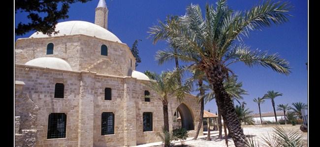 Hala Sultan  Camii ve Türbesi'nin Halıları Değişiyor.