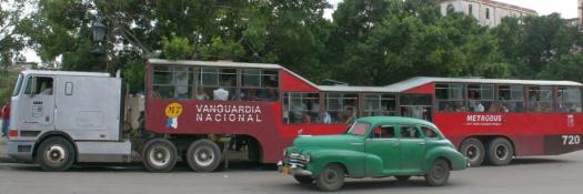 Ein zum Bus umgebauter Sattelschlepper mit zwei auffallenden Höckern. War früher eine Besonderheit in Kuba