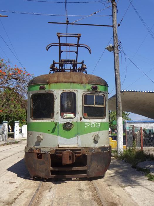 Frontaufnahme des Zuges der Hershey-Bahn im Bahnhof Casablanca in Havanna
