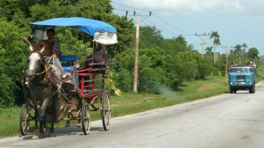 Transportmittel im ländlichen Kuba: Pferdekutsche und W50