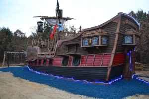 Pirate Ship Adventure cabin! Near Dells! Sleeps 6!
