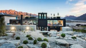 Bold modernist design and expansive mountain views - Queenstown, Otago, New Zealand