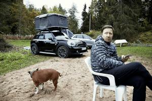 Staffordshirenbulterrieri Papu ja Manu rannalla. Taustalla Audi Q3 ja Mini Countryman.