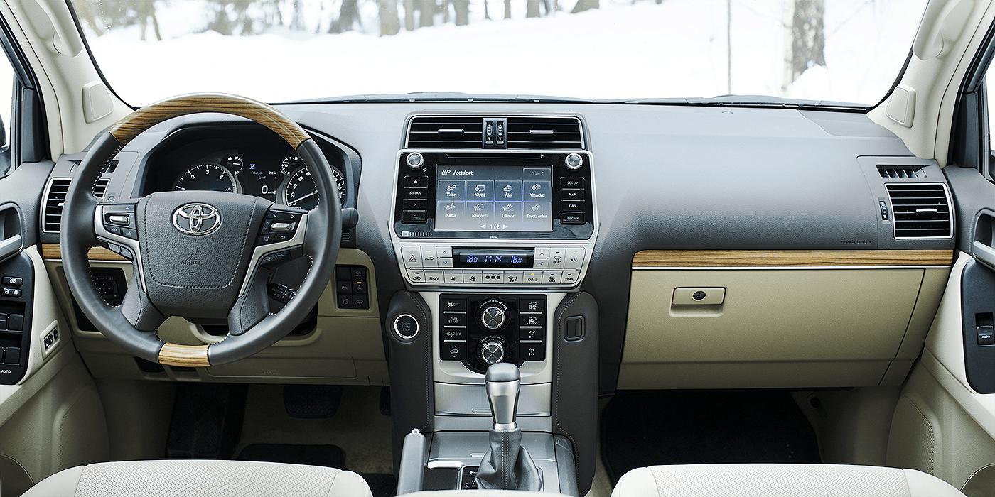 Toyota Land Cruiser ja kojelauta.