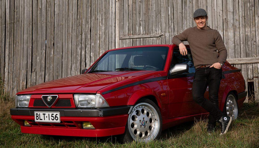 Alfa Romeo 75 ladon edustalla.