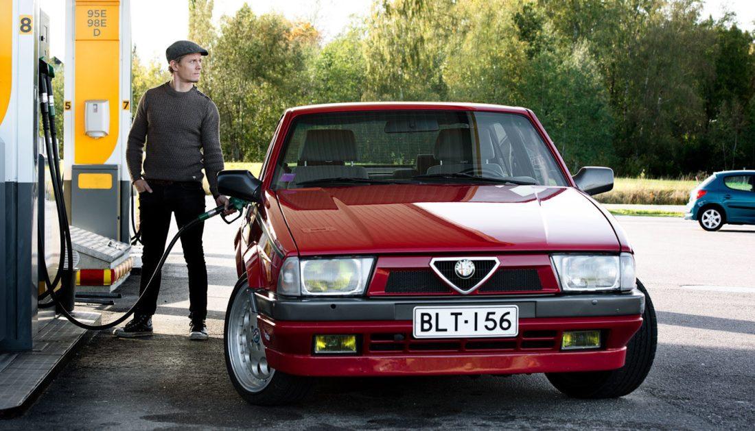 Alfa Romeo 75 tankilla.