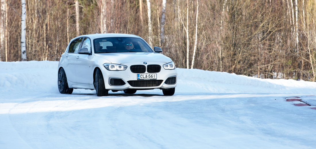 BMW M140i xDrive sivuluisussa