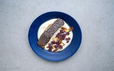 Ovnbagt laks med blomkåls puré, ristede nødder og bagte løg